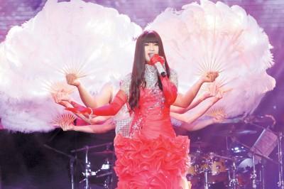 钟洁希摘唱偶像梅艳芳之《女人花》,也对方因癌症离世而深感惋惜。