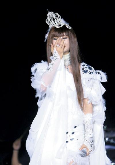 钟洁希当演唱《从未泪的圆》经常,到底按捺不住落泪。