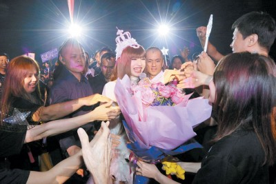 一时间台与歌迷互动,钟洁希即收取大大的花束。