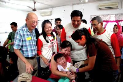 儿科医生许壮端(左1从)、陈丽莹、阿菲那和莫哈最终拉昔巡视儿童接受肺炎链球菌疫苗注射。