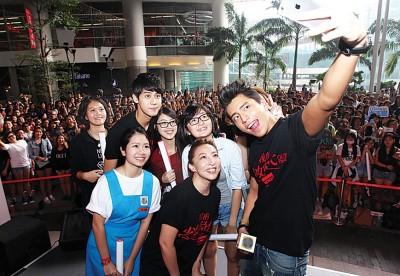 王大陆、李玉玺及导演陈玉珊超亲切,对于粉丝要求抱抱、合照和签名都有求必应,王大陆接过粉丝手机在台上爽玩自拍。