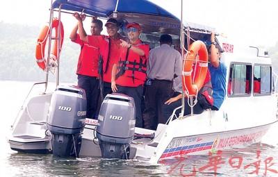 慕克里在州政府多个机构官员陪同下,出海视察马莫河红树林。