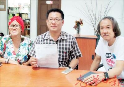 王旺祥(中)针对儿子在快餐店内被抢手机据情报案及促快餐店增加闭路电视,旁为杜青和及阿惹丽娜。