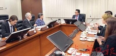 诺嘉兹兰(右1)与全球毒品政策委员会代表召开会议。