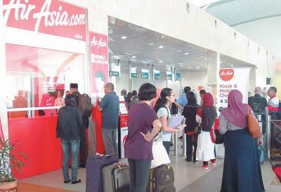 亚罗士打苏丹阿都哈林机场受烟霾侵袭,有8趟班机取消航班,造成乘客陷入混乱中。