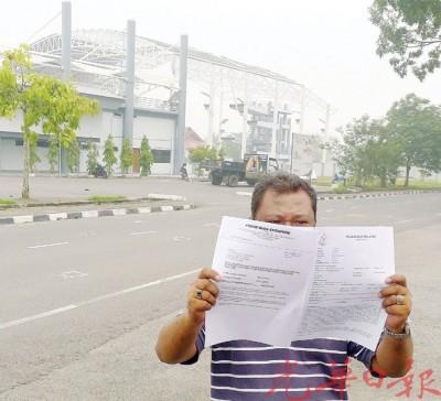 费苏在游泳馆前展示报案纸。
