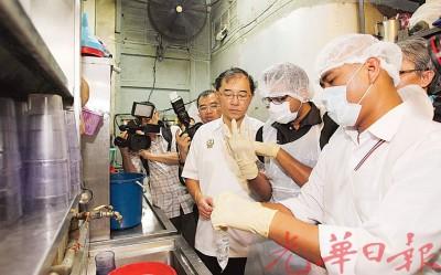 马汉顺(右3)率队前往食店进行检查,以确保餐饮业者遵守卫生条例,为预防伤寒症做好把关工作。