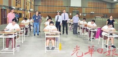 吉打董联会主席庄俊隆(右2)巡视双溪大年独中统考考场,陪同者有陈秋量、张楗汶、方汉杰及黄印全。