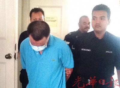 被告穿在口罩被押出法庭。