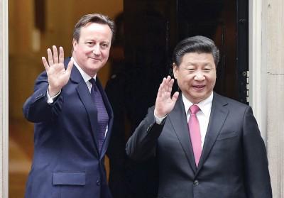 习近平(右)同卡麦隆(左)受举行会谈前,每当首相府前合照。(法新社照片)