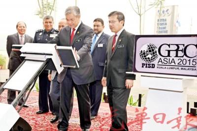 """阿末扎希(中)为""""警察、特种部队和公共安全博览会(GPEC)""""举行开幕。"""