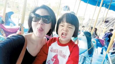 小S与女儿搞怪合影。