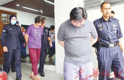 母子被告否认误杀邻居罪名,闻讯后被押出法庭。