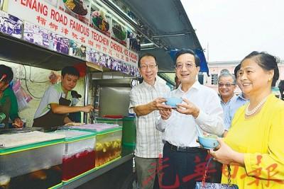 许子根(左)向黄惠康和赵舒美介绍槟榔律著名潮州煎蕊。