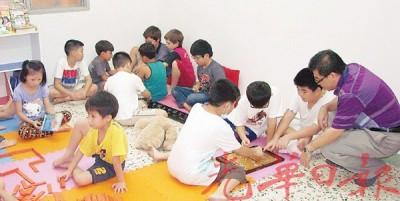 学生在安亲班读书及玩乐。
