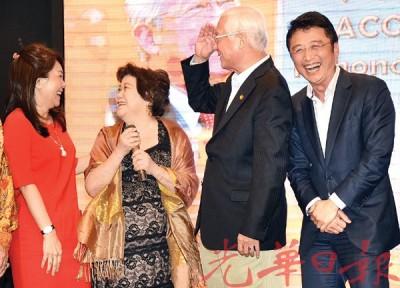 """林国璋(右2)在晚宴上被夫人拿汀蔡淑芬""""训了一顿""""后当场道歉,逗得全场大笑。右为戴良业。"""