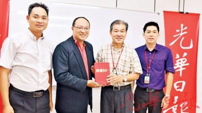 本报总编辑王平松(右2)赠送纪念品予庄学勤(左2),由陈健敏(右)和王义展(左)陪同。