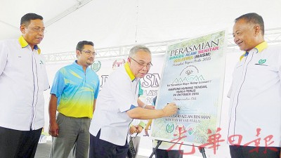 末拉威(左3)为国家环境周(玻璃市州)主持开幕。左1至2为玻璃市港口州议员莫哈山与玻州卫生局主任阿兹。右1为玻州十字港州议员努鲁西山。
