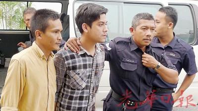 (左1至2)沙基鲁丁与佐哈纳斯被庭警带入法庭时,表情淡定。