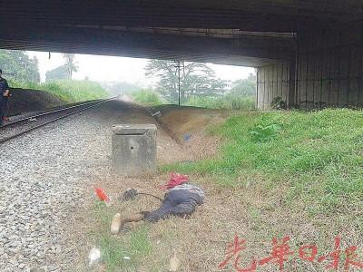 死者倒卧在距离火车轨道约5公尺处的草地上。