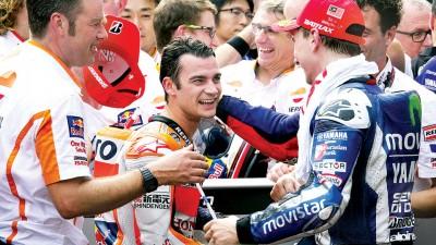 佩德罗萨在赛后接受亚军洛伦佐(右)的祝贺。