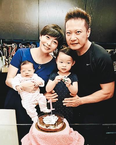 钱嘉乐一家为小女儿Kassidy做满月派对,连切蛋糕庆祝。