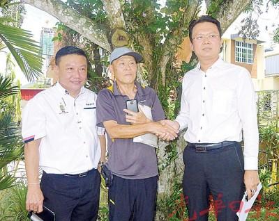 陈桂林(中)代表居民反映刘玉水花园面对的发展问题,旁为杨顺兴(右)及纪日升。