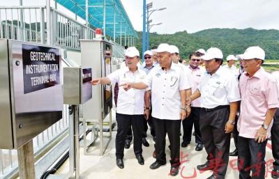阿兹占(左1)与水利灌溉局官员,检查蒂玛打苏水坝排水绕道工程的操作设备。右2为纳兹。