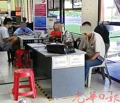 华裔男保险业务(右1)在禁烟区内抽烟遭劝阻后,反而辱骂官员,并拍下劝告民众的照片。