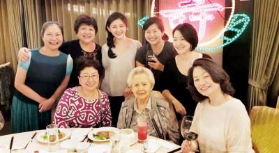 大S(后排左3)参加奶奶寿宴。
