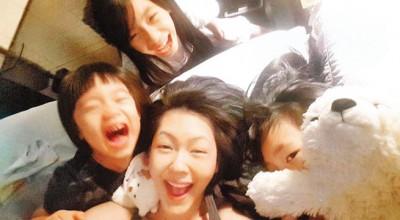 小S(中)和3个女儿感情超好,玩成一片。