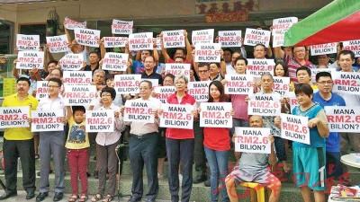 """林吉祥(前排左5起)、颜碧贞以及廖彩彤等人出席咖啡店论坛和""""力挺林吉祥,拯救马来西亚""""声援会,左2为刘镇东。"""