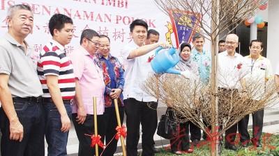 张盛闻(中间者)在众嘉宾陪同下,为燕美华小新校舍进行植树典礼。
