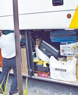 中国客疯狂购物,『战利品』塞满旅游巴士的行李仓。