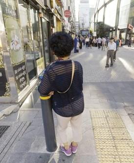 韩国老妇被迫卖淫维持生计。