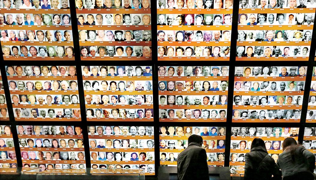 侵华日军南京大屠杀史研究会会长朱成山(右)在南京介绍《南京大屠杀档案》申报世界记忆遗产项目的历程。(中新社照片)
