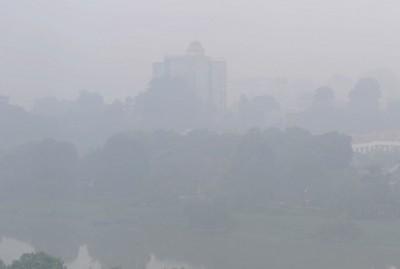 早上时段,雪州巴生的空气污染指数报203点,达非常不健康水平,巴生市议会建筑物也若隐若现。