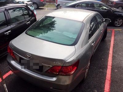 男车主将轿车停泊在事主的车位,女事主无奈下唯有停泊在她车前。