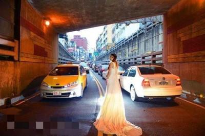 发台中市民日前行驶经隧道发现有人闯入车道疑拍婚纱照,批评拍照行为离谱。
