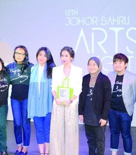 雅斯敏阿莫电影分享会后,柔公主东姑阿米娜(左6起)与拿汀胡姬阿莫与来自国内外的电影爱好者合影。
