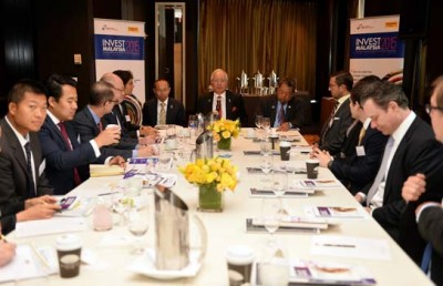 纳吉(中)周三和数名美国基金经理共享早餐。