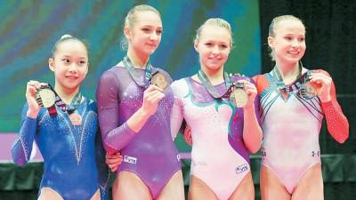 2015年世界体操锦标赛女子高低杠出现4个冠军,左起范忆琳、科莫娃、斯佩里多诺娃及科西安。