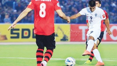 阿根廷外援维拉兹奎兹在射门瞬间。他在上半场攻进致胜一球,成就柔佛DT摘冠霸业。
