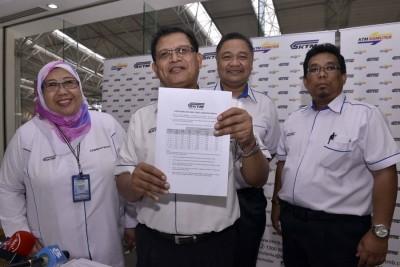 阿兹茜达(左起)、沙比尼、阿夫拉扎卡里雅及里祖安宣布电动火车新票价。