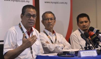 阿兹米(左起)、依斯迈阿当及阿末尼詹一起向媒体进行汇报会。