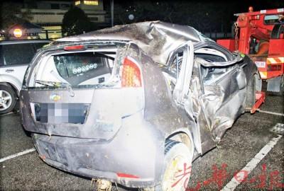 迈薇轿车毁不成形。