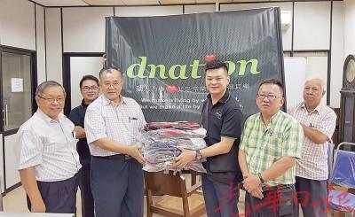 颜马克(右3)代表移交由慈善组织Dnation报效的116个书包予杨集东(左3),并由陈亚才(左1起)、林建毅、李团才及李瑞兴见证。