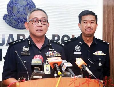 哈斯南(左)在打巴警区主任宋萨陪同下召开连环命案新闻发布会。