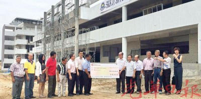 李氏基金捐800万令吉,由梅焕南(右7)称交,李振兴(左8)接领。
