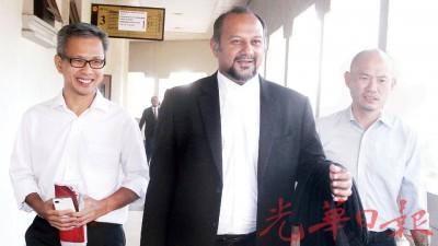林立迎(右起)、哥宾星和潘俭伟在法庭外回答媒体询问。